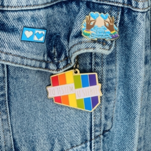 przypinka tęczowa LGBT emaliowana sklep LGBT breloczek tęczowy miłość nie wyklucza równość małżeńska